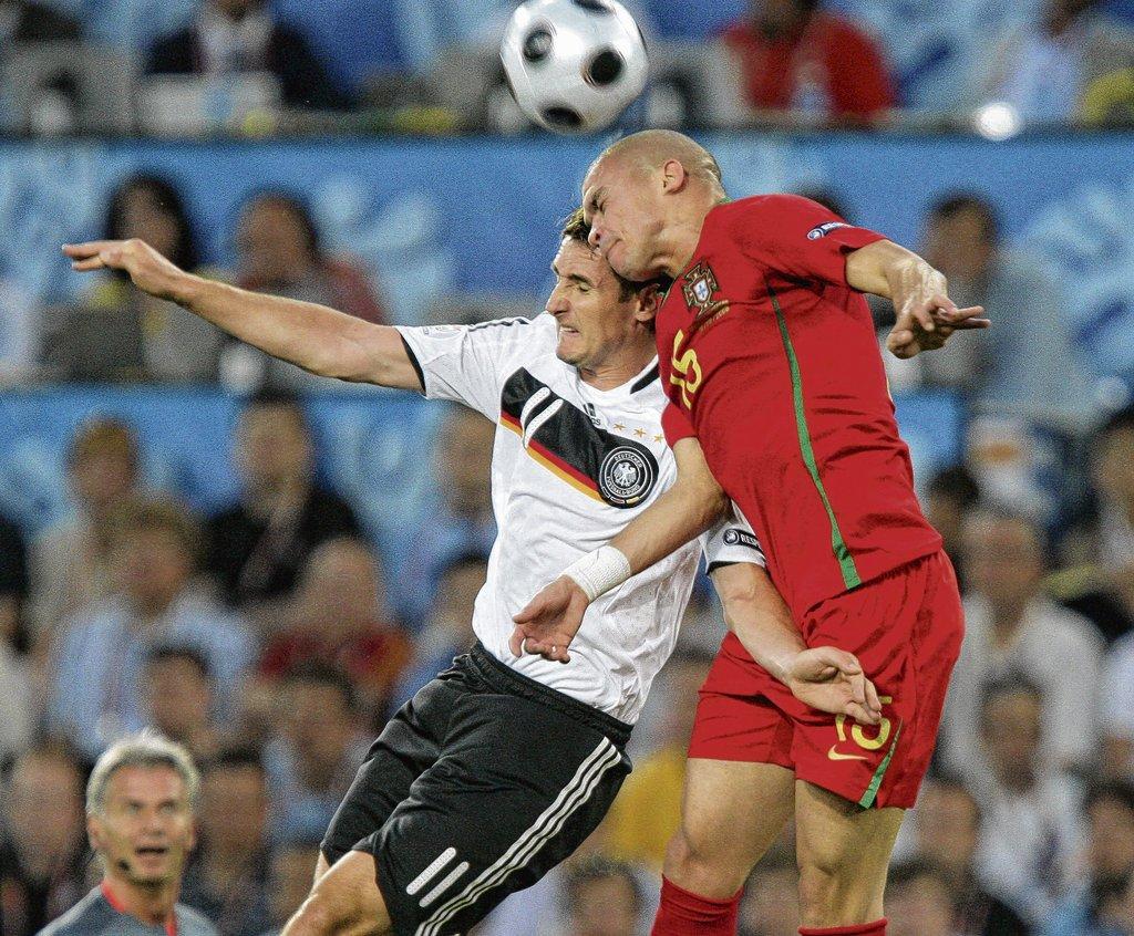dpa - Am Samstag, 9. Juni, trifft Deutschland um 20.45 Uhr auf Portugal (im Bild Miroslav Klose und Portugals Verteidiger Pepe im Kopfballduell). Mal sehen, was unser portugiesischer Interviewpartner zu diesem Spiel zu sagen hat.