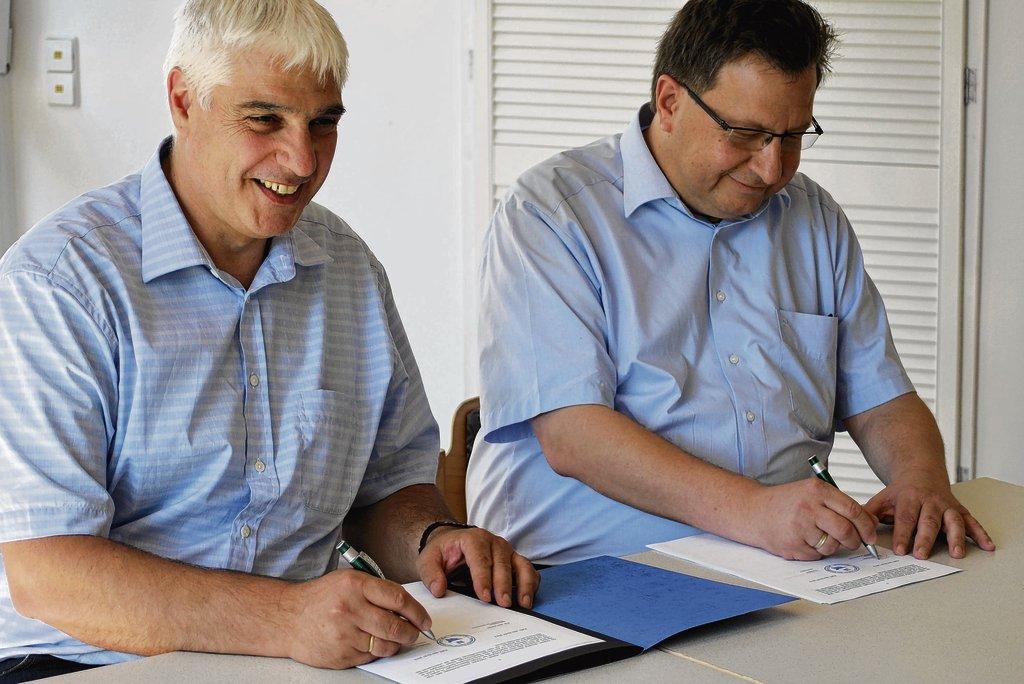 Peter Schwab - Unter den Arbeitsvertrag setzen der neue Vorstand Stephan Müller (links) und Bernd Bechtold vom Aufsichtsrat des Dr. Friedrich-Geroldt-Hauses ihre Unterschriften.