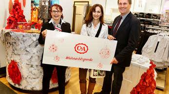 Petra Feilhauer (C&A, links), übergab im Namen des Unternehmens eine Spende von 4000 Euro an Helena Gareis vom Hospizverein. Rechts im Bild: Fachbereichsleiter Bürgerservice und Soziales Michael Hattenbach.