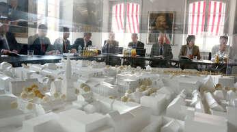 Im Vordergrund: Modell des Einkaufszentrums. Im Hintergrund: Verantwortliche für das EInkaufszentrum.