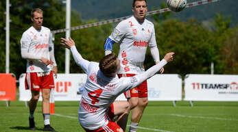 FBC-Spieler Matthias Lilienthal wird bei der Ballannahme von seinen Teamkollegen Stefan Konprecht und Sven Muckle beobachtet.