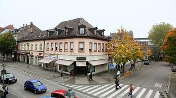 Blick auf die Ecke Hauptstraße/Gustav-Rée-Anlage mit der Metzgerei Burg: Im Spätjahr 2018 soll hier das Einkaufscenter eröffnet werden.