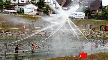 Mit einem Wasserstrahl aus dem C-Rohr mussten die Teilnehmer des Turniers der Feuerwehr Stadelhofen den Wasserball über die Ziellinie der gegnerischen Mannschaft befördern.