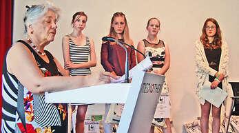 Schreibtalente ausgezeichnet: von links Karin Jäckel, Seraphine Bergen, Michelle Krämer, Clara Weide, Zoe Eckly.