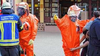 Mit Sonderausrüstung, Atemschutz und Schutzkleidung machte sich der ABC-Trupp aus Kehl an die Arbeit, um der Ursache der Atemwegsreizungen in der Oppenauer Post auf die Spur zu kommen.
