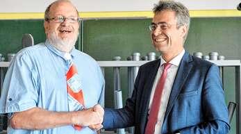 Martin Müller (Regierungspräsidium Freiburg, rechts) dankte Ralf Dyck für sein Engagement als Leiter der Badischen Malerfachschule.