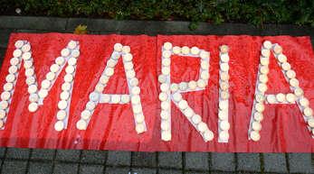 Der Schriftzug «Maria» aus Kerzen für die damals vermisste 13-jährige Maria ist vor der Polizeidirektion zu sehen. Das Mädchen war seit Anfang Mai 2013 vermisst worden.