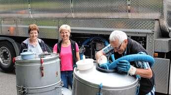 Jeden zweiten Tag holt das Tankfahrzeug der Allgäu Milch Käse e.G. (AMK) die Milch beim Schwimmbad in Oppenau ab. Maria Huber (Mitte) vom Eckenfelshof und Paula Braun vom Breitmatthof in Maisach liefern sie dort an. Der Breitmatthof ist in Maisach ebenfalls noch der einzige milcherzeugende Betrieb.
