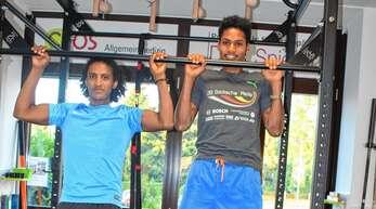 Bahata Rezene (links) und Danil Gebrehiwot aus Eritrea dürfen sechs Monate lang einmal wöchentlich an die Fitnessgeräte im »Centrum für Orthopädie und Sportmedizin« an der Rennwiese.
