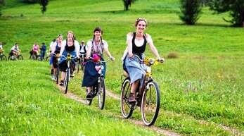 Auf historischen Fahrrädern und entsprechend gekleidet, geht es bei der Ibacher Nostalgieradfahrt am Samstag durch das hintere Renchtal.