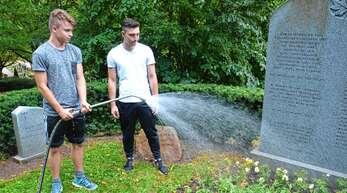 Hannes Löhr (von links) und Linus Keßler (beide 17 Jahre) sind Ferienjobber beim Bau- und Gartenbetrieb der Stadt. Die Schüler aus Lahr wurden unter anderem auf dem Friedhof eingesetzt.