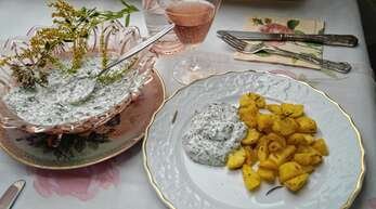 Gerade im Sommer ein köstliches Essen: Gedämpfte mit Kräuterquark.