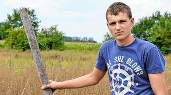 Marcel Körner ist über den beschädigten Zaun an seinem Wollschweingehege zwischen Hohbühn und Holzhausen sehr verärgert.