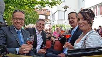 Mit der Kutschfahrt der neuen Weinprinzessin zum Festplatz beginnt traditionell das Oberkircher Weinfest. Unser Foto von 2017 zeigt von links Markus Ell, Martin Renner OB Matthias Braun und Weinprinzessin Sophia Müller.