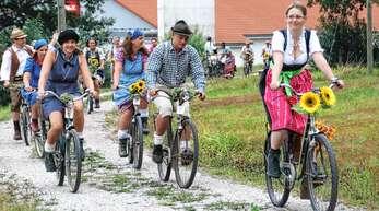 Rund 80 Teilnehmer zählte die 7. Ibacher Nostalgieradfahrt am Samstag. Mit geschmückten Rädern und in historischer Kleidung gingen sie von Oppenau aus auf Tour.