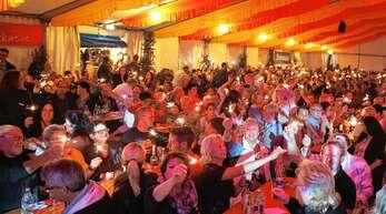 Bei Wunderkerzen und Songs von Bryan Adams und Tina Turner ging den Besuchern im vollbesetzten Festzelt bei der »Nacht der Legenden« am Freitagabend beim Oberkircher Weinfest das Herz auf.