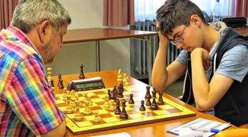 Andrei Ioan Trifan (rechts) konzertierte sich auf jeden Zug – und ging am Schluss als Sieger aus den Partien gegen Stefan Brückner und Jörg Schlenker (links).
