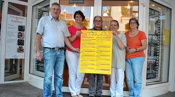 Das Kinoprogramm für September/Oktober steht. Darüber freuen sich Mitglieder des Kinovereins und Kooperationspartner, von links Manfred Scheurer, Silke Bohnert (beide Hospizdienst), Hans-Joachim Fischer, Wolfgang Winter (beide Verein Kommunales Kino Filmtheater Tivoli Achern) und Brigitte Roth (Frauenforum).