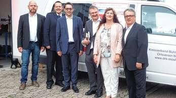 Michael Hug, Michael Wegel, Klaus Muttach, Martin Karl, Gabi Bär und Gerhard Federle (von links) erhoffen sich von dem neuen Auto eine wertvolle Unterstützung der Arbeit des DRKs Mösbach für die Menschen in der Region.