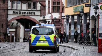 Nach der mutmaßlichen Vergewaltigung einer 18-Jährigen durch mehrere Männer will das baden-württembergische Innenministerium mit der Stadt Freiburg über eine bessere Sicherheitslage reden.