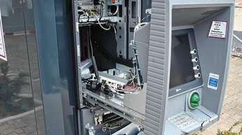 Der Geldautomat hielt der Sprengung stand. Die Täter mussten ohne Bargeld fliehen.