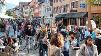 Hochbetrieb herrschte am Mantelsonntag in der Oberkircher Innenstadt. Bei strahlendem Sonnenschein flanierten die Menschen durch die Hauptstraße und die angrenzenden Gassen.