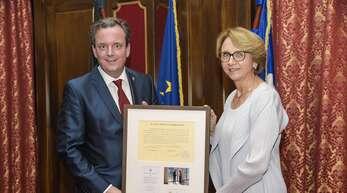 Die Botschafterin Frankreichs in Deutschland Anne-Marie Descôtes und der neue französische Honorarkonsul Michael Mack.