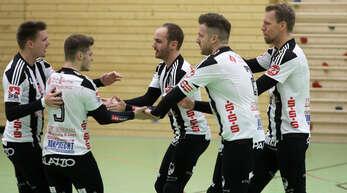 Die Offenburger Faustballer Matthias Lilienthal, Mark Borho, Oliver Späth, Stefan Konprecht und Sven Muckle (v. l.) können auf der gezeigten Leistung aufbauen.