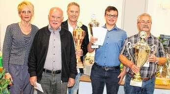Ortsvorsteherin Tanja Weinzierle ehrte bei der Lokalschau des Kleintierzuchtvereins Zusenhofen die erfolgreichen Züchter (von links): Wilfried Boschert, Michael Fieß, Jens Junker und Wilfried Strauß.