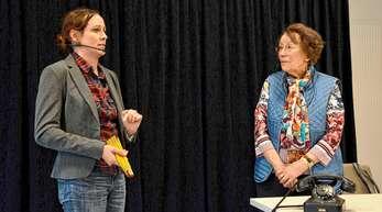 Ilse Klein (rechts) musste sich beim Theaternachmittag zur Prävention von Trickdiebstählen gegen eine vermeintliche Nachbarin wehren, die es auf Wertsachen abgesehen hatte.