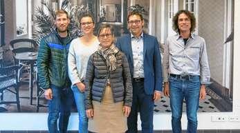 Mitglieder der Steuerungsgruppe Fairtrade haben ihre Arbeit aufgenommen, von links: Philipp Schäfer (Achern aktiv), Louisa Schweizer (Stadtverwaltung Achern), Francoise Laspeyres (Politisches Frauenforum Achern), Oberbürgermeister Klaus Muttach und Patrick Hillenbrand-Detzer (Katholische Pfarrgemeinde Achern).