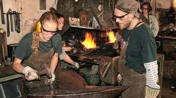 Eine ganz neue Erfahrung war es für die Lenderschüler, einen etwas anderen Werkstoff zu bearbeiten und glühendes Eisen zu schmieden – rechts Schmied Nico Chardel.