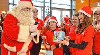Geschenke verteilte der Nikolaus im Bürgersaal an die Notenkids und die Bläserjugend aus Rheinbischofsheim; aber auch der sonstige Nachwuchs ging nicht leer aus.