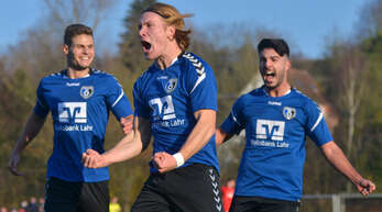 Konstantin Fries (Mitte) traf bereits nach 14 Minuten zum 1:0 für den SC Lahr. Christian Neumaier (l.) und Cem Gürsoy freuen sich mit ihrem Teamkameraden.