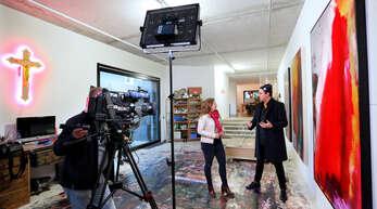 Bei den Dreharbeiten in seinem Atelier erläuterte Stefan Strumbel der SWR-Reporterin Kristin Haub die Ideen zu seinen Kunstwerken.