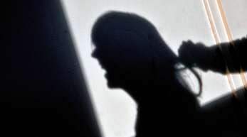 Wenn Frauen von ihren Partnern geschlagen oder misshandelt werden, ist das eine Straftat. Schutz finden Opfer von häuslicher Gewalt etwa in Frauenhäusern.