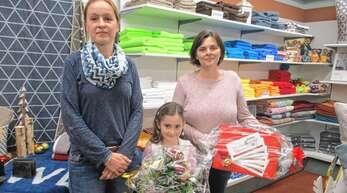 Ein unerwartetes Vorweihnachtsgeschenk bescherte Andrea Zoller (rechts) die Teilnahme am Weihnachtsgewinnspiel der Werbegemeinschaft Oppenau. Den Wochenhauptgewinn überreichte ihr Regina Schmitt. Mit der Mutter freute sich auch Tochter Elisa, die letztes Jahr einen Sachpreis gewonnen hat.