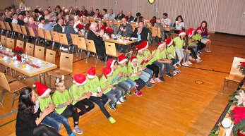 Kinder der Schlossgartenschule begeisterten bei der Seniorenweihnachtsfeier mit Liedern, Flötenstücken, Tänzen und Gedichten.