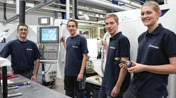 Ausbildungsleiter Klaus Huber freut sich mit Sven Treyer, Johannes Ebert und Tanja Busam (von links) über ihren Erfolg.