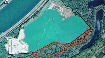 Hier soll künftig gebaggert werden: Der rot markierte Bereich zeigt, an welcher Stelle des Diersheimer Baggersees weiter gefördert werden soll.