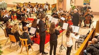 Das Streichorchester der Musik- und Kunstschule begeisterte das Publikum mit einem vorweihnachtlichen Konzertabend. Am Pult: Musikschulleiter Hansjörg Stürzel.