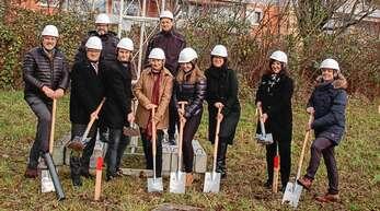Die Bauherren-Familie, Vertreter des Architekturbüros, des Generalunternehmens sowie OB Schnurr und Corina Bergmaier sind zum Spatenstich angetreten.