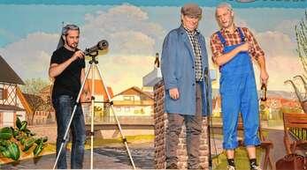 Marius Gerhardt als Nachbar (von links), Harry Ell als Fernsehtechniker und Moritz Dörflinger hatten plötzlich andere Interessen, als das WM-Spiel.