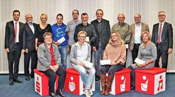Sparkassen-Bereichsdirektor Christian Frühe (links) und Direktor Karl Bähr (rechts) übergaben die Spendenschecks an die Vertreter von zwölf Vereinen.