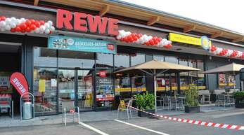 Wer durch Sasbach fährt, dem fällt das nagelneue Gebäude an der Durchfahrtsstraße sofort auf: In der neuen Filiale der Lebensmittelkette Rewe kann nun eingekauft werden.