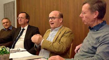 Fordern mehr Informationen und die Einhaltung der Kreistagsbeschlüsse: die Förderverein-Vorstandsmitglieder Markus Bernhard (Mitte), Meinrad Heinrich (rechts) und Martin Armbruster (links) mit Oberbürgermeister Matthias Braun.