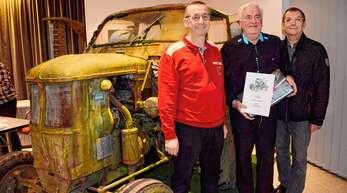 Ralf Wälde, Vorsitzender der Schlepperfreunde, Willi Kammerer und der stellvertretende Vorsitzende Michael Rumpf (von links) vor Rumpfs unrestauriertem 11er Deuz von 1954, der nun betriebsbereit gemacht werden soll.