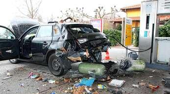 Bei dem gewaltigen Aufplatzen der Gasdruckbehälter flogen an Heilgabend Fahrzeugteile bis 50 Meter weit. Es kam zu einem Gesamtschaden von 70000 Euro.