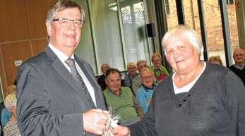Mit einem Weinpräsent bedankten sich die Senioren bei Willi Stächele für den Vortrag.