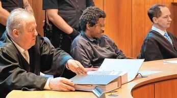 Der Angeklagte und seine beiden Verteidiger Joachim Lederle (links) und Marc Kutschera (rechts).